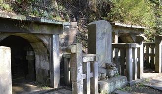 法華堂跡の奥にある毛利季光の墓