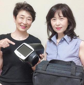 検査機器を手に事業への理解を呼びかける鎌倉市医師会の佐野尚子医師(左)と蔵並貴子医師