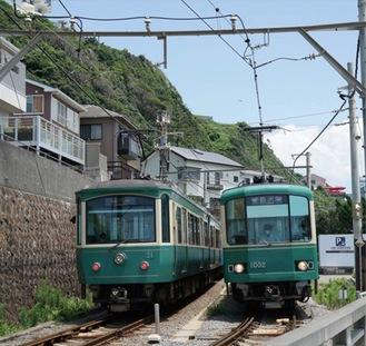 信号場で行き違う江ノ電