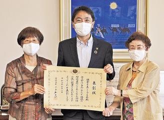 松尾市長に受賞を報告する高田晶子代表(左)と藤井雅子副代表=9月11日、市役所で