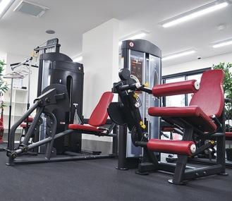 全3台のランニングマシンは全て個室に設置(右)。トレーニングマシンも充実