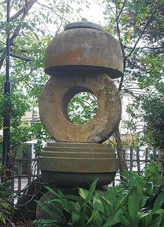 石灯籠の真ん中のドーナツ型の石がグラインダーストーンで内径の歯車が特徴。元々この石が3段・4段と積まれていましたが、事故防止の為、平置きで保存されています