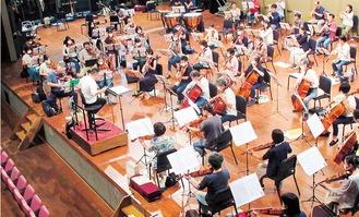 団員同士距離をとって練習している=写真提供 鎌倉交響楽団