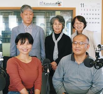 木村会長(後列左)とパーソナリティーの小松さん(前列左)