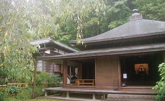 東慶寺(左奥が水月観音坐像が安置されている水月堂)