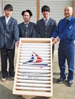 製作した関戸竜輝さん、森内剛さん、郷佑也さんと大木英生教諭(左から)