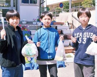 自主的にごみ拾いを始めた中村さん、尾辻さん、向原さん(左から)