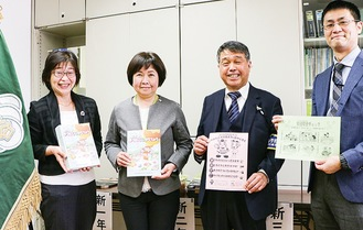 大野真由美校長(左から2人目)に冊子やチラシを手渡した=29日