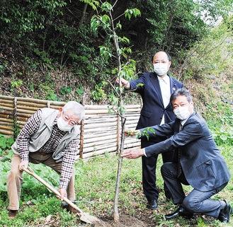 苗を植える草道自治会長(左)と大船RCの会員