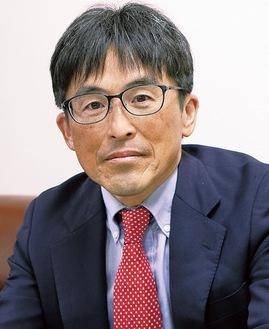 当選を決め取材に応じる長嶋氏=26日未明、市役所
