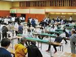 鎌倉武道館で行われた開票作業。従事する市職員はマスク・ゴム手袋着用を徹底した=25日