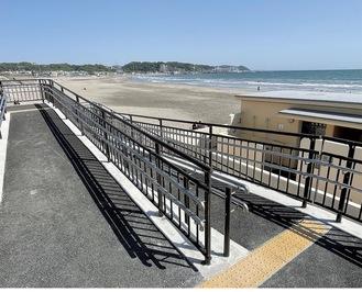 国道134号沿いの歩道と由比ヶ浜海岸の砂浜、シャワー付き公衆トイレをつなぐスロープ