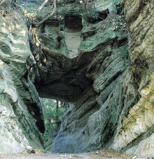 崩落前の釈迦堂口隧道(大町側から)=市役所提供 上部にやぐらが確認できる