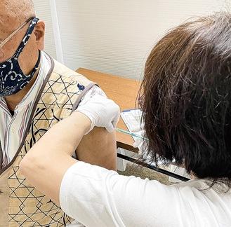 接種の様子=19日、福祉センター