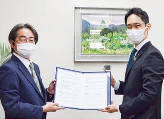 協定を交わす今泉学校長(左)と岩岡教育長