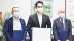 西野社長(左)と岩岡教育長