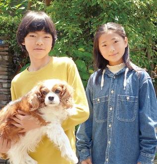 愛犬のゆりちゃんと早田君(左)、大日向さん