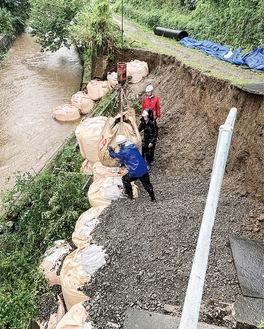 砂押川泉橋付近(今泉台2丁目)で護岸が崩落した(3日午前9時、読者撮影)