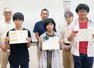 賞状を手にするサコさん(前列中央)と後藤さん(右)、栗原さん