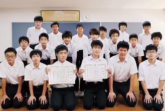 学校で感謝状を受け取った男子バスケ部のメンバー