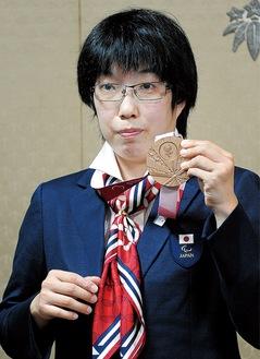 銅メダルを手にする伊藤選手=6日、鎌倉市役所