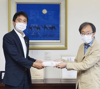 松尾市長に署名を手渡す和田代表