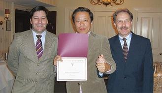 米国ハーバード大学歯学部インプラント科・ウェルバー教授(右)と記念写真(中央は角田院長)