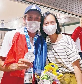 五輪の仏代表選手とエレンさん(右)