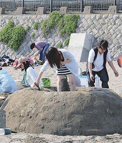 砂浜でアートを