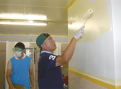 保護者と教員がトイレ改修