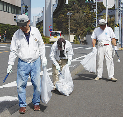 モノレール沿いを清掃
