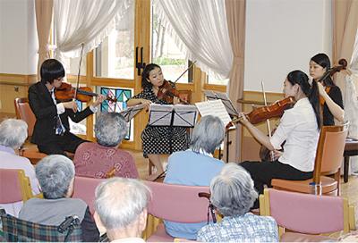 高齢者らに音楽の贈り物