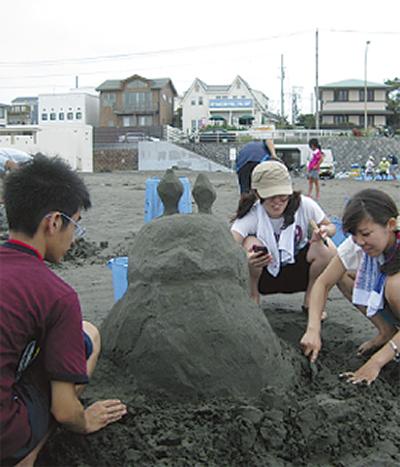 海岸清掃と砂像作り