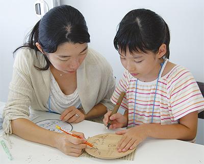 鎌倉彫体験に熱中