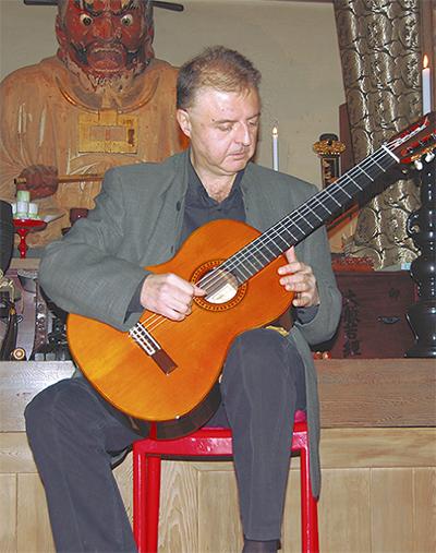 円応寺に響くギターの音色