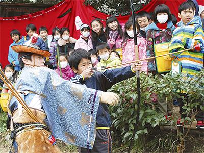 小学生が流鏑馬体験