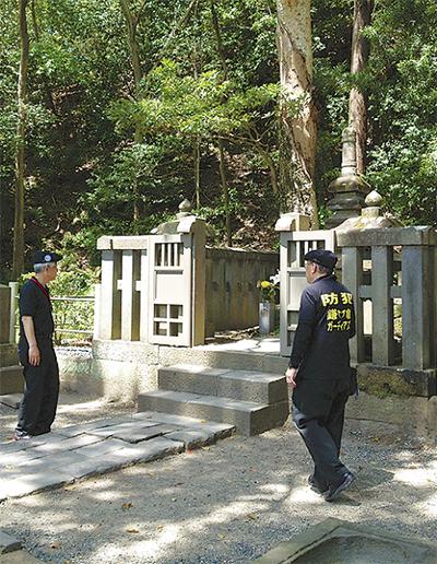 頼朝の墓を警備する同会会員