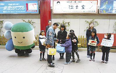 江ノ電鎌倉駅で募金活動