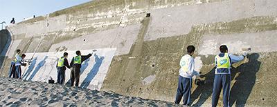 七高生が擁壁の落書き消去