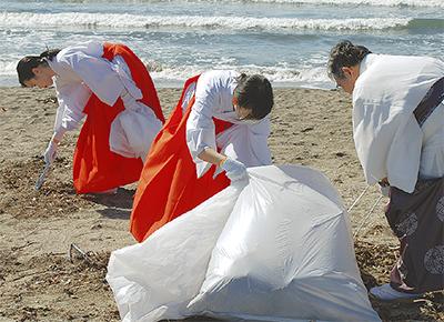 葛原岡の神職ら 海岸清掃