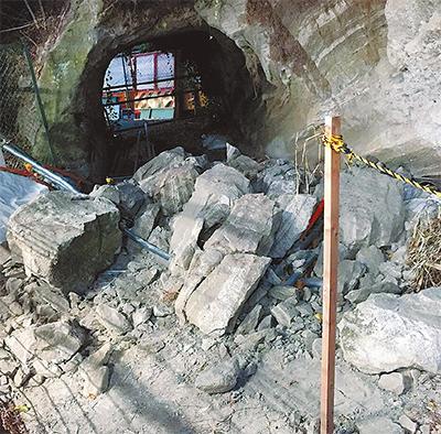 坑口付近で岩石が崩落