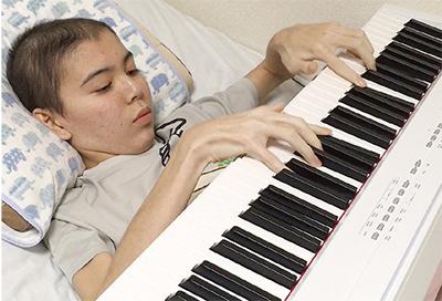 「楽曲が人々に感動と勇気与えた」