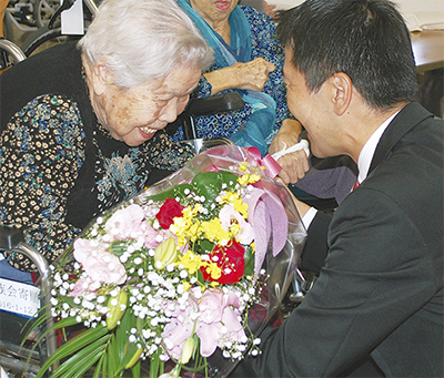 100歳以上の高齢者に祝い品