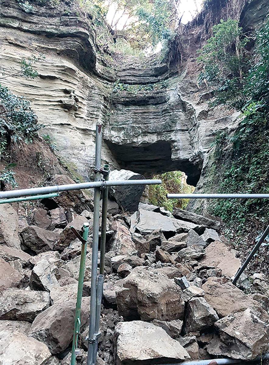国史跡付近で斜面崩落