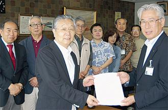 小澤副市長(右)に目録を手渡す同会メンバー