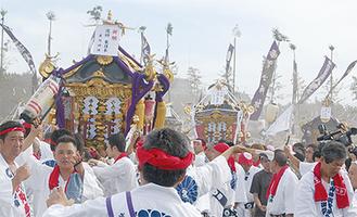浜辺に全ての神輿が集結し、勇ましい掛け声が響き渡った