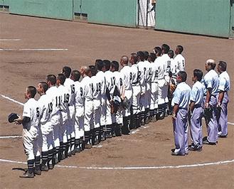 2回戦で森村学園に勝ち校歌を斉唱する西浜高校野球部