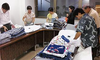 集まった浴衣を仕分けする委員会メンバー