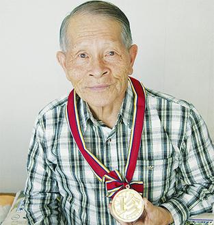 「珍メダル」を手にする瀬戸口さん