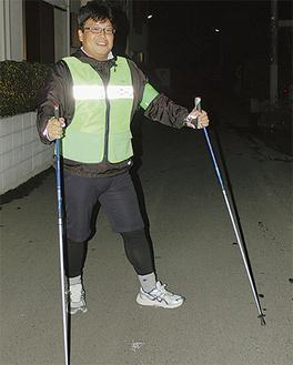 ノルディックウォーキングでパトロールする青木さん